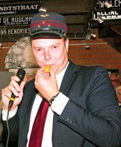 Stadsdeeldirecteur Harm Benthem opent de tentoonstelling.